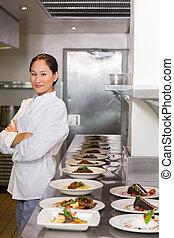 Confident Chef außer gekochtes Essen in der Küche.