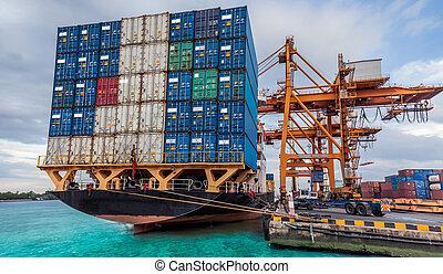 Container Frachtschiff mit funktionierender Kranladung