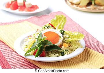 couscous, spiegelei, salat
