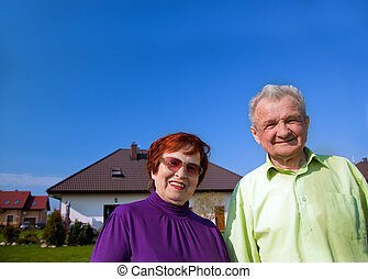 Das ältere Paar vor dem Haus