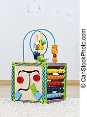 Das entwickelte Spielzeug steht auf dem Boden im Kinderzimmer