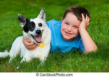 Das Kind umarmt liebevoll seinen Hund.