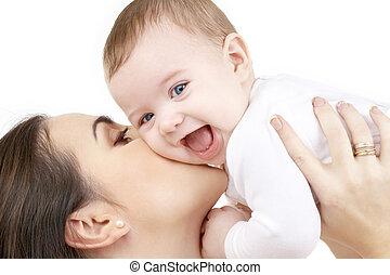 Das lachende Baby spielt mit Mutter