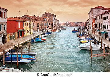 Deatil alte Architektur auf Insel murano in Venedig.