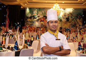 Der Koch steht beim Gala-Dinner