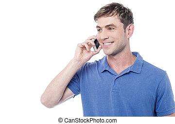 Der Mann ruft am Handy an.