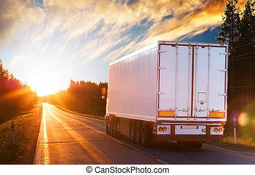 Der Truck auf der Asphaltstraße am Abend