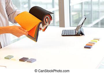 Designer-Browsing farbiger Textilien.