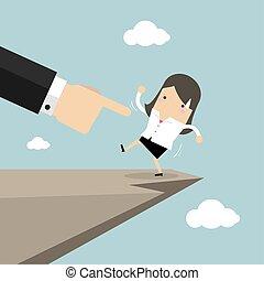 Die Boss-Hand drückt die Geschäftsfrau, damit sie von der Klippe fällt.