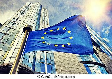 Die EU-Flagge winkt vor dem Gebäude des Europäischen Parlaments in Brüssel