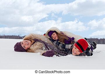 Die Familie hat Spaß im Schnee