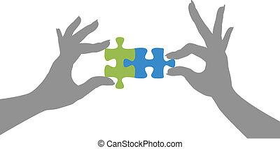 Die Hände lösen Puzzleteile zusammen