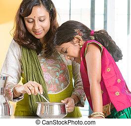Die indische Familie kocht zu Hause.