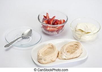 Die Meringues mit Erdbeeren und Sahne füllen.