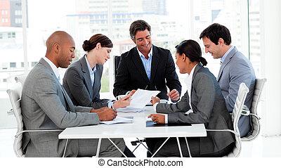 Die Unternehmensgruppe zeigt in einem Treffen ethnische Vielfalt