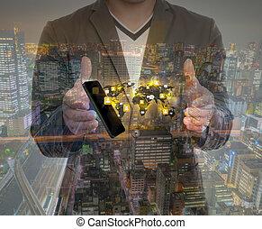 Doppelbelichtung von Hand mit einem Telefon Show sozialen Netzwerk.