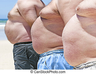 Drei fettige Männer am Strand schließen
