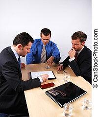 Drei Geschäftsleute verhandeln. 1