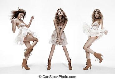 Dreifaches Bild von Modemodell in verschiedenen Posen