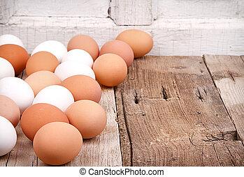 Eier auf einer Holzplanke