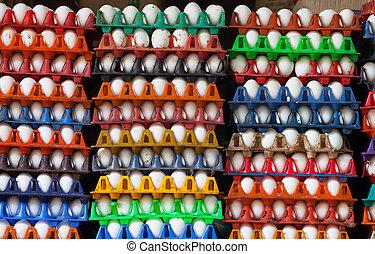 Eier in bunten Kartons