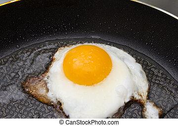 Eier in einer Pfanne gebraten