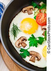 Eier in einer Pfanne mit Gemüse.