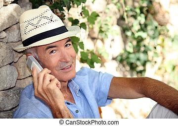 Ein älterer Mann mit Handy