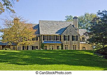 Ein altes Haus am Grashügel