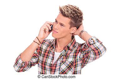 Ein aufmerksamer Mann am Telefon