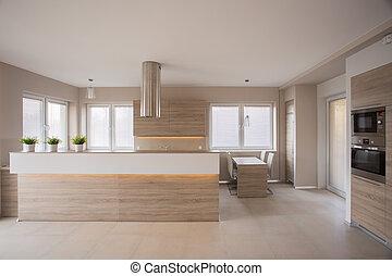 Ein Beige-Küchenraum.