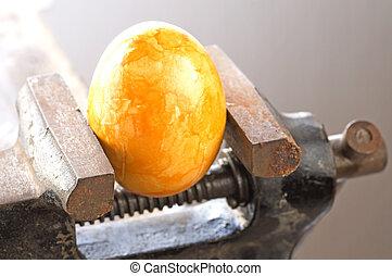 Ein Ei in einer Bank vise
