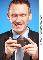 Ein Geschäftsmann mit seinem Handy