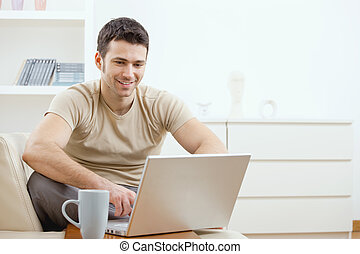 Ein glücklicher Mann, der Computer benutzt