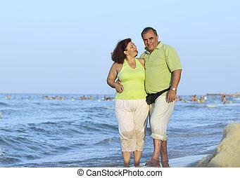 Ein glückliches Paar am Strand