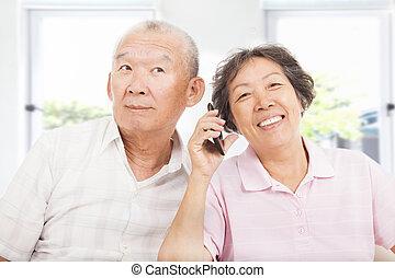 Ein glückliches Paar am Telefon