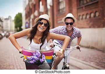 Ein glückliches Paar in der Stadt