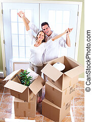 Ein glückliches Paar zieht in ein neues Haus.