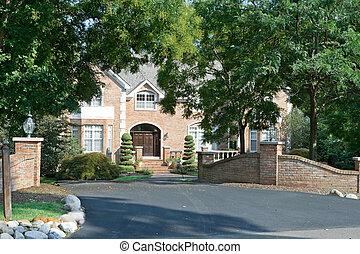 Ein großangelegtes Familienhaus mit umfangreichem Landschaftsschutz und Tor in der Vorstadt Philadelphia, PA.