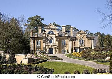 Ein großes Haus auf dem Hügel