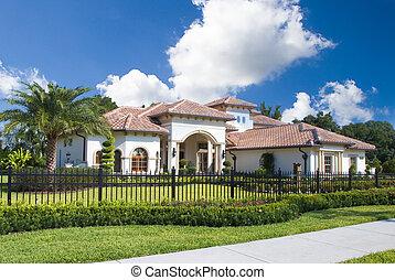 Ein großes Haus in Central Florida mit blauem Himmel