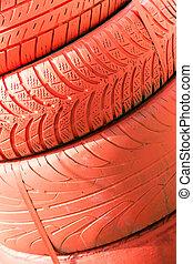 Ein Haufen roter Reifen