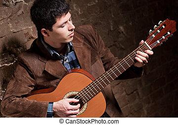 Ein junger Mann, der Gitarre spielt