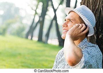 Ein junger Mann mit einem Handy