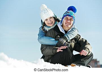 Ein junges Paar im Winter