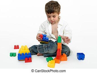 Ein Kind mit Bausteinen