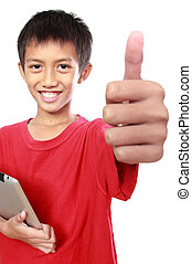 Ein Kind mit einer Tafel, die Daumen nach oben zeigt.