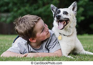 Ein Kind spielt mit seinem Hund