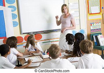 Ein Lehrer, der eine Schule unterrichtet