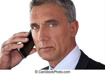 Ein Mann auf seinem Handy